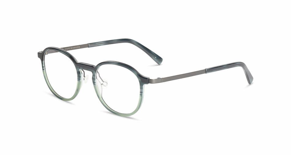 En grønn brille med grå brillestenger på hvit bakgrunn.