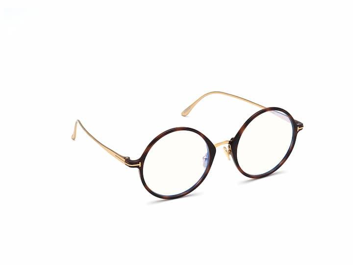 Et par store runde briller fra Tom Ford. Brillene har en front i acetate og stenger i gull metall. Fargen på denne brillen fra Tom Ford er blonde havana.